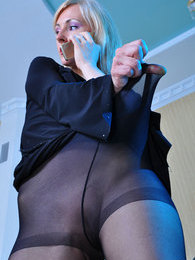Elegant babe makes up for spoilt evening with old good pantyhose wanking pictures at freekiloporn.com