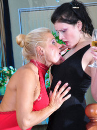 Hot chick drinks champagne while getting her muff eaten by a hungry lesbo pictures at freekilosex.com