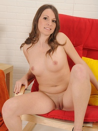 Beautiful babe Jessi exposes her smooth shaved pussy pictures at freekilomovies.com