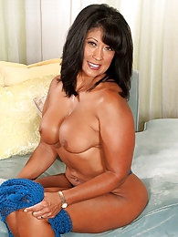Hard-bodied Milf pictures at kilogirls.com