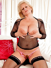Hot mature Robyn pictures at find-best-lingerie.com