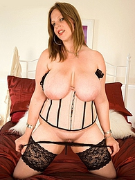 Amber Lee - Jugs Over Britain pictures at freekiloclips.com