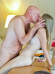 Daisy Cake fucks her boss right on his desk for a raise pictures at freekilosex.com