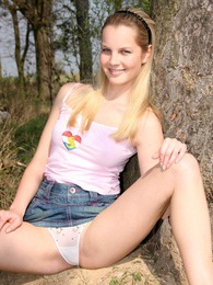 A teenage cutie loves publicly masturbating in the bushes pictures at kilogirls.com