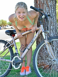 Mindy Shes A Fit Extreme pictures at adipics.com