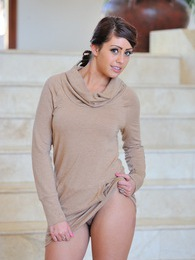 Leggy Shay looks stunning pictures at kilotop.com