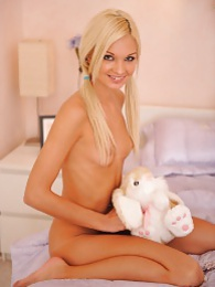 Franziska gets naked and plays pictures at kilotop.com
