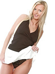 Blonde hottie looks stunning in the studio pictures at dailyadult.info
