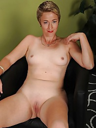 Mature babe Liz Sophia spreads tight shaved pussy pictures at sgirls.net