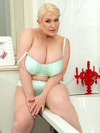 Bubbles and Boobs pictures at kilogirls.com