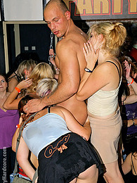 Intoxicated babes shagging dudes at the local dance club pictures at kilomatures.com