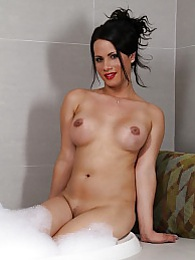 Beautiful Keilana posing in a bath pictures at freekiloclips.com