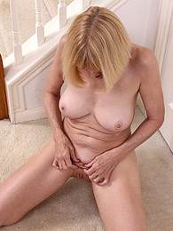 Spunky granny Bossy Ryder playing with her pussy pictures at find-best-mature.com
