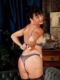 Older babe Elise Summers wearing only black stockings pictures at kilotop.com