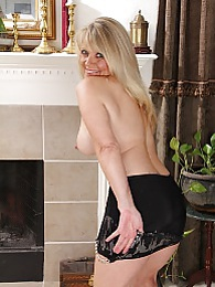 Blond cougar Aubrey Adams spreads trimmed pussy pictures at relaxxx.net
