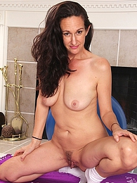 Mature amateur Genevieve Crest exposes her trimmed pussy pictures at kilosex.com