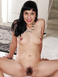 Older babe Penelope Patterson spreads hairy pussy pictures at kilogirls.com