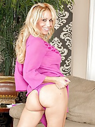 Busty blonde cougar Alyssa Lynn toying her box pictures at kilosex.com