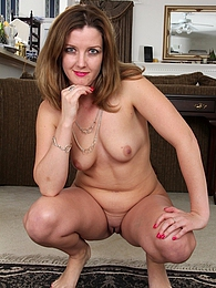 Gorgeous wife Deliliah Stevenson spreads her pussy pictures at find-best-mature.com