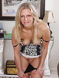 Mature amateur Tabitha Green seductively strips pictures at freekilosex.com