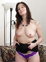 Mature babe Shelly Jones plays with her smooth pussy pictures at freekiloclips.com
