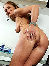 Stunning mature babe Michelle spreads her tight ass pictures at dailyadult.info