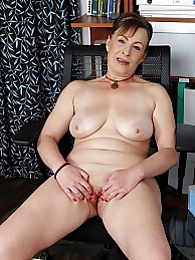 Mature wife Sandra Green spreads older pussy lips pictures at find-best-lingerie.com