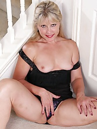 Older amateur Rebecca Hill spreads her shaved pussy pictures