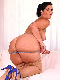 Thick booty mature babe Monte Swinger masturbating pictures at freekilomovies.com