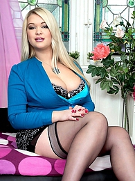 Full-figured Fox pictures at lingerie-mania.com