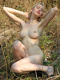 Hot blonde is ready to pose nude on the nature and she knows for real that you will love to see her. pictures at kilomatures.com