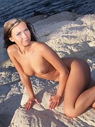 Hot babe getting naked on the beach pictures at dailyadult.info
