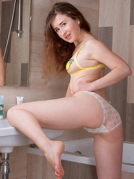 Solo Shower Session pictures at freekilomovies.com