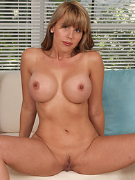 Busty mature babe Amber Chase naked on all fours pictures at freekiloporn.com