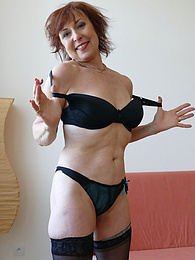 Older mature babe Amy D toying her pussy pictures at find-best-lingerie.com