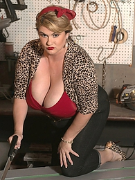 Plumper At Work pictures at kilovideos.com