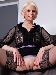 Busty mature babe Skyler Squirt toys her pussy on the couch pictures at freekiloporn.com