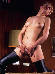 Nice babe in leather boots gets some masturbation pleasure pictures