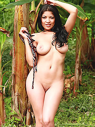 Natalia Spice looks like a hot jungle girl in the greenery and gets naked pictures