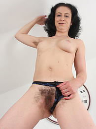 Hairy mature amateur Rosetta exposes her thick bush pictures at freekilosex.com